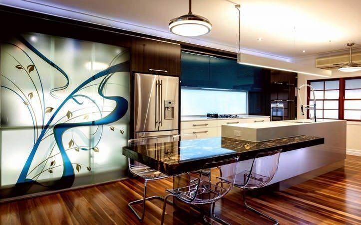 Применение рейлинговых систем способствует значительной экономии кухонного пространства