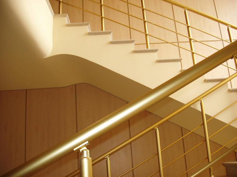 Фурнитура для лестницы из нержавеющей стали может быть с зеркальной, сатинированной или полированной поверхностью
