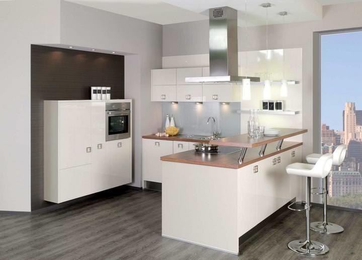 По причине отсутствия обеденной зоны на кухне, в качестве стола для трапез может использоваться барная стойка