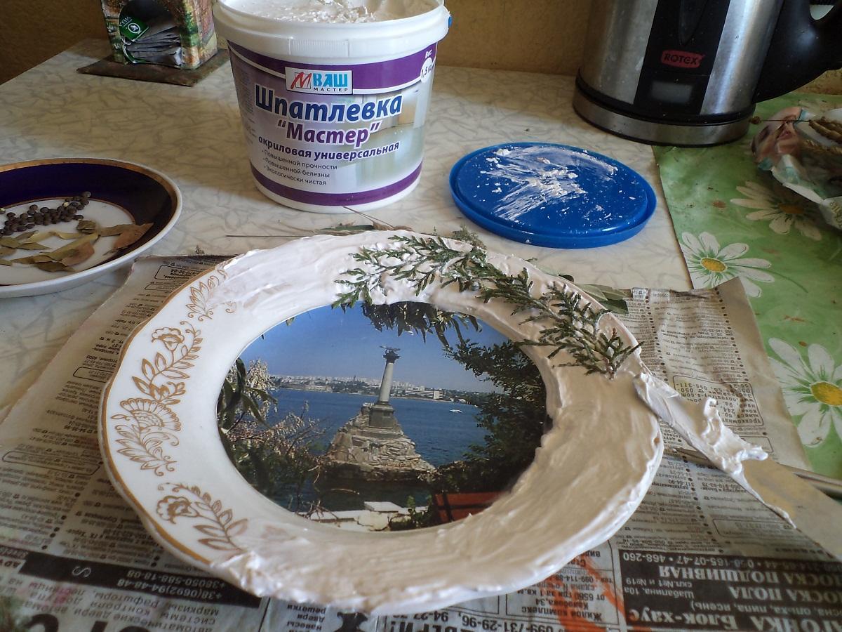 Ободок тарелки можно украсить с помощью различных декоративных элементов, закрепленных с помощью шпатлевки