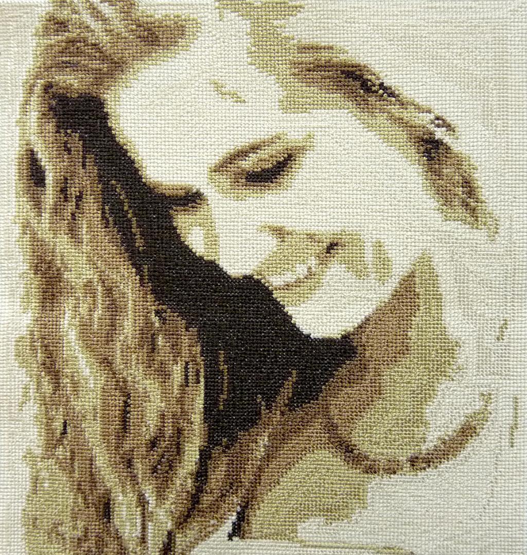 Вышивка девушки, сделанная по ее фотографии, станет хорошим подарком на 8 марта
