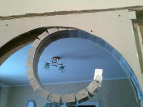 Внутреннюю часть арки также выполняют из металлического профиля, предварительно сделав надрезы по всей его длине