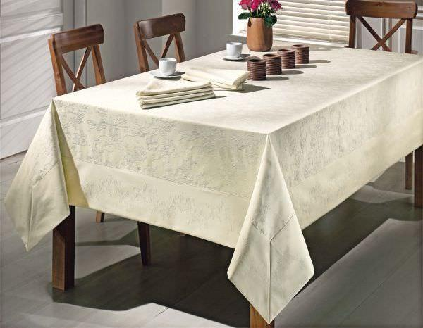 Белая или кремовая скатерть из ткани с выбитым рисунком станет торжественным украшением любого стола