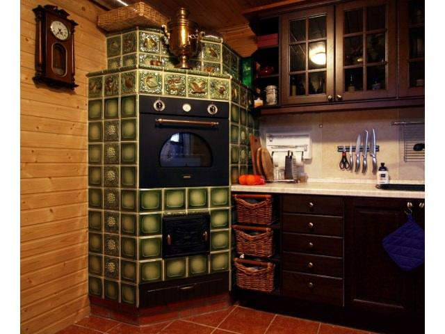 Вопреки мнениям, даже в маленькой кухне печка будет уместна, главное - расположить все граммотно