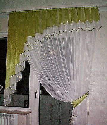 Полу арочный простой ламбрекен идеально подходит для окна небольших размеров