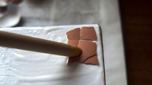 С помощью яичной скорлупы и кракелюрного лака создается искусственно состаренная поверхность