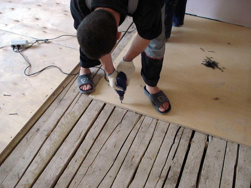 Как положить линолеум на деревянный пол, ДВП, фанеру, доску своими руками: правила укладки, способы выравнивания, видео-инструкция, мастер класс