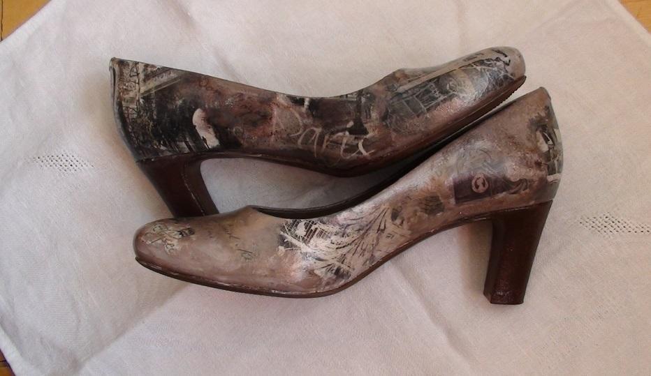 Обувь, украшенную декупажем, лучше всего одевать в сухую погоду или носить в помещении