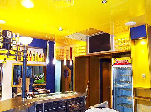 Многообразие натяжных потолков позволит сделать вашу кухню-гостиную неповторимой