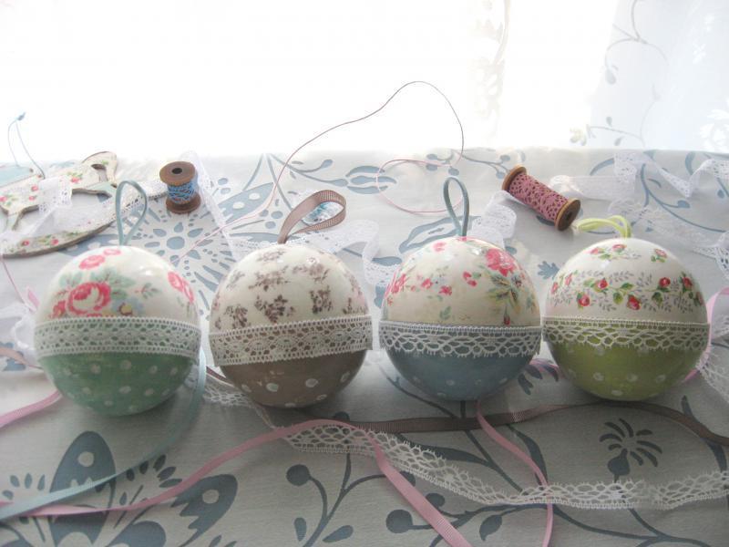 Украсить новогодний шар можно самостоятельно, главное – продумать дизайн будущего изделия