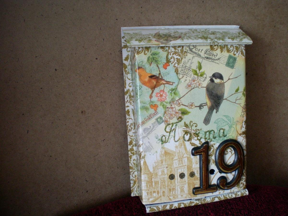 Почтовый ящик, украшенный с помощью техники декупаж, придаст двору загородного дома оригинальности