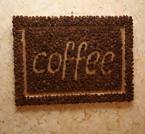 Картина из кофейных зерен является самым изысканным украшением кухни