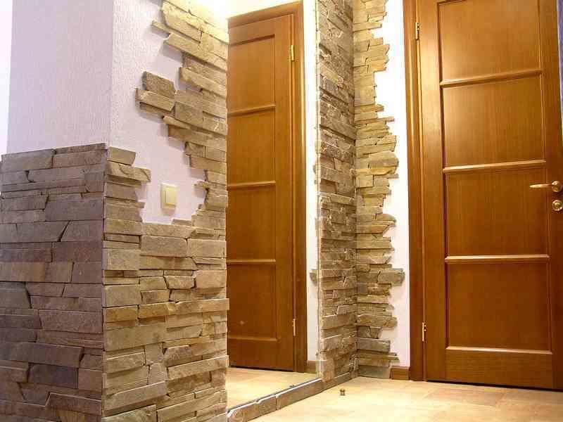 Как правило, искусственным камнем отделываются углы или проемы в помещении