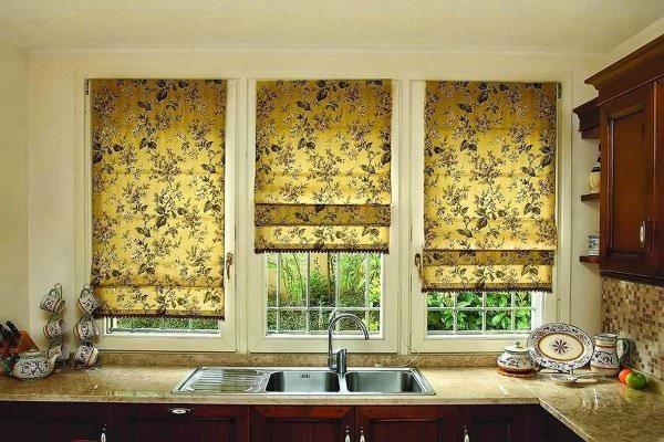 Рулонные шторы отличаются своей аккуратностью и строгим стилем, что сделает их отличным дополнением кухни в современном или классическом стиле