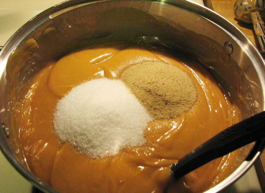 Мыло, сваренное по старинному рецепту, не обладает особыми лечебными и декоративными свойствами, но является отличной возможностью для начинающих мастериц изучить древнюю технологию изготовления основы для мыловарения