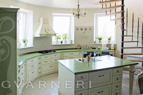 Кухня вдоль окна нестандартной формы довольно часто встречаются в своих домах. С одной стороны, такая кухня представляет огромную сложность. С другой - предоставляет волю фантазии, генерируя самые невероятные идеи