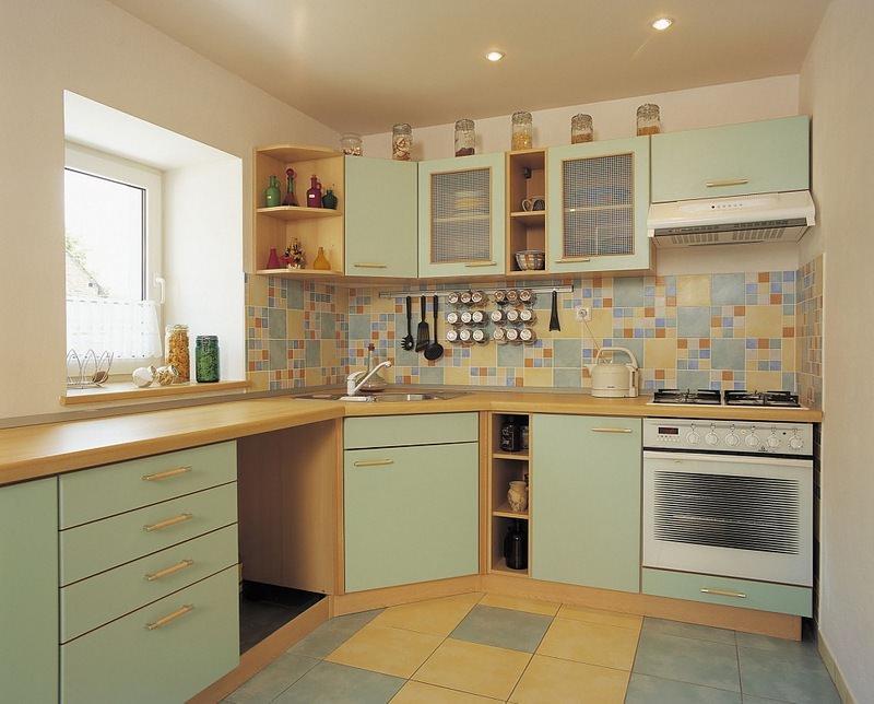Плитка может покрывать все стены кухонного помещения, или же только фартук рабочей зоны