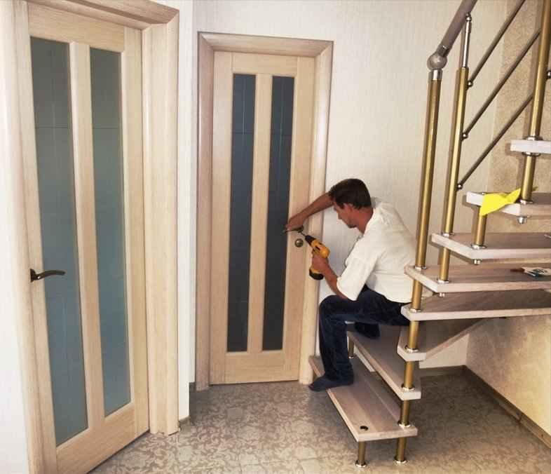 Перед тем как приступать к ремонту, нужно сначала осмотреть дверь, очистить поверхность и подготовить инструменты