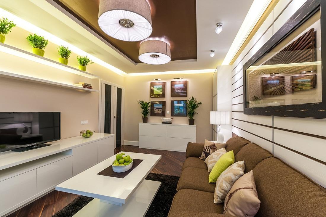Для оформления гостиной стоит применять светлые тона, совмещая их с яркими акцентными цветами: салатовым, оранжевым или фиолетовым