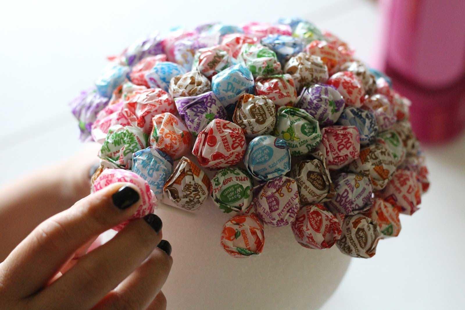 Можно не ограничиваться одними лишь конфетами, и украсить ваш топиарий с помощью ленточек или бусинок