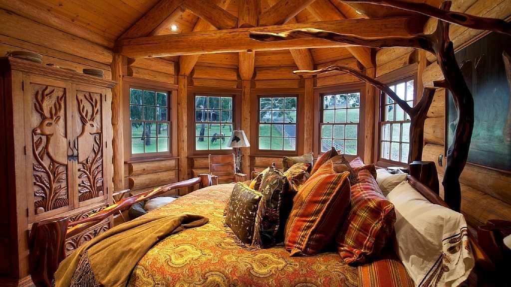 В домах в деревенском стиле больше всего ценится натуральность: поэтому предпочтительнее использовать натуральные материалы