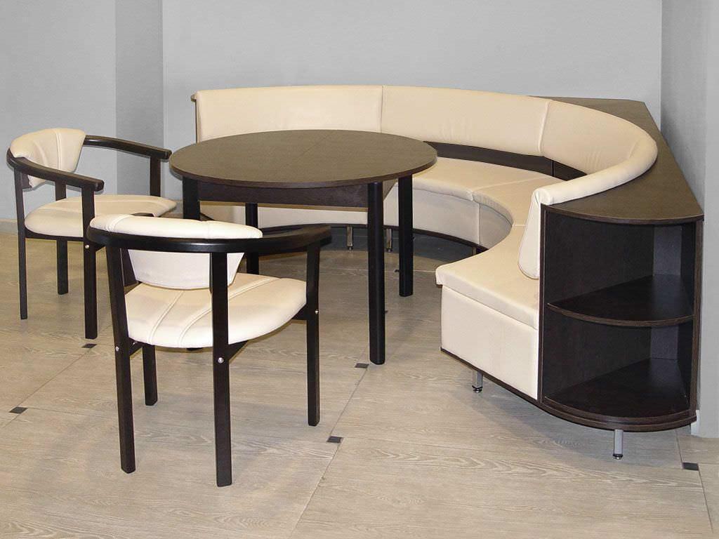 Размер кухонного уголка выбирается в зависимости от потребностей, места установки и площади кухни