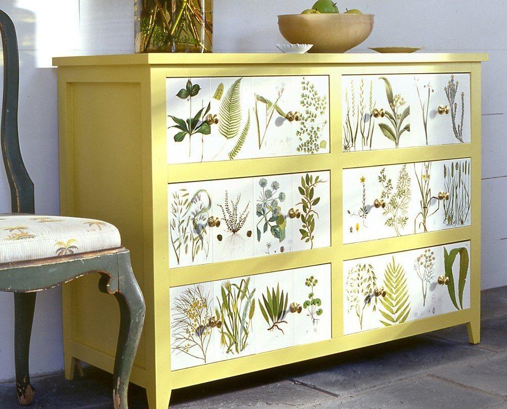 Украсить мебель обоями несложно, поэтому с таким декупажем справится даже новичок