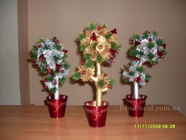 Краска или искусственный снег из баллончика сделают внешний вид шишечного деревца торжественным