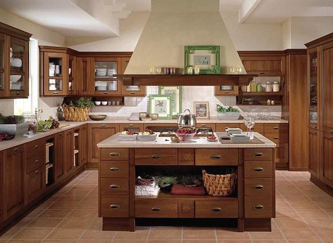 Очень практичным решением станет П-образная планировка кухни, включающая островные элементы