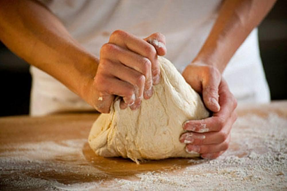 Вливаем яйца в муку, добавляем растительное масло и замешиваемым тесто