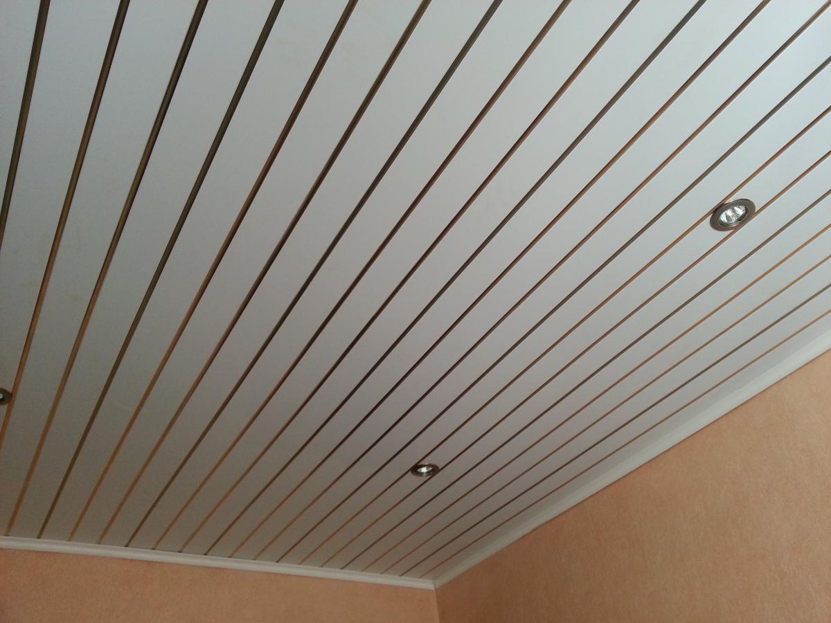 Для того чтобы потолок был ровным и не провисал, необходимо аккуратно и качественно устанавливать ПВХ панели
