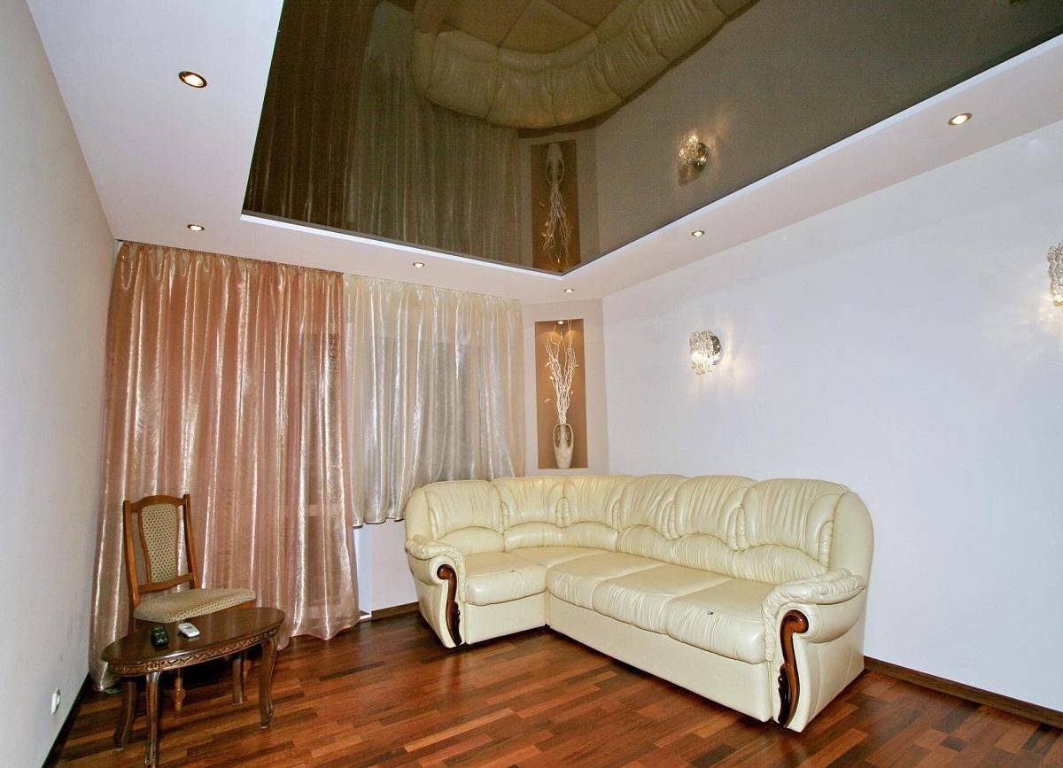 Для гостиной хорошо подходит комбинированный потолок