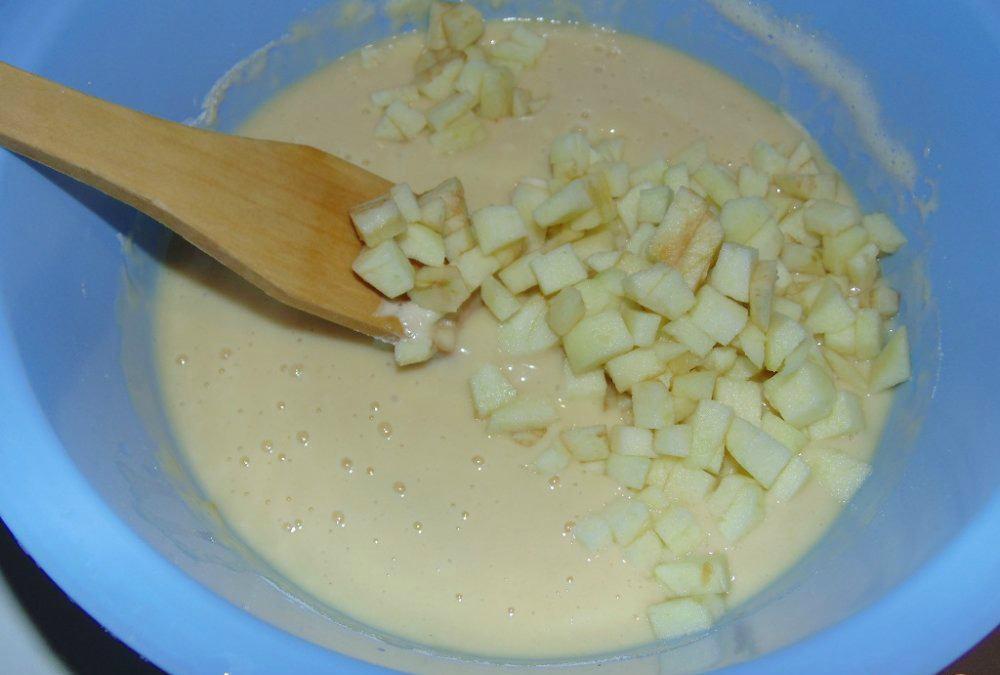Нарезаем яблоки на мелкие кусочки и добавляем их в тесто