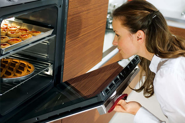 Разогреваем духовку до 220 градусов и отправляем туда противень с булочками на 20-30 минут