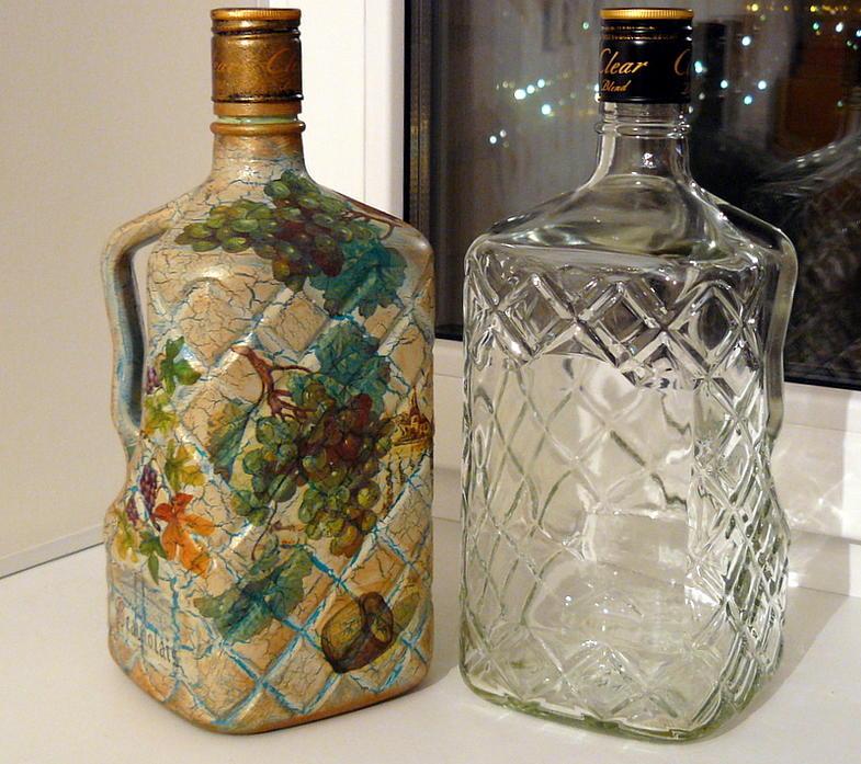 При декупаже бутылок можно использовать подручные средства, которые обычно имеются в доме у каждого