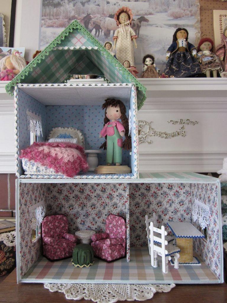 Для кукольного театра вполне подойдет картонная конструкция в виде жилого домика