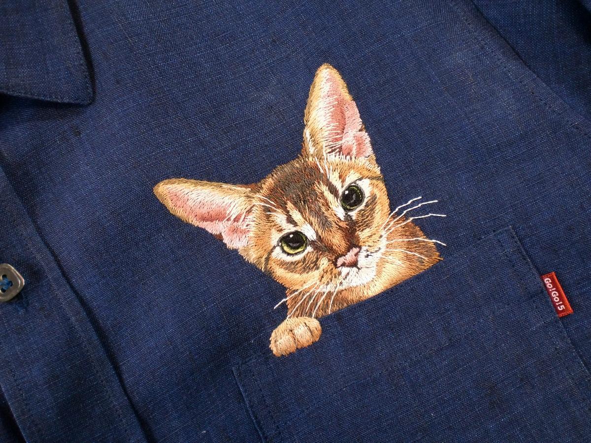 Сделать любую вещь оригинальной и привлекательной можно путем вышивания котика, якобы выглядывающего из кармана
