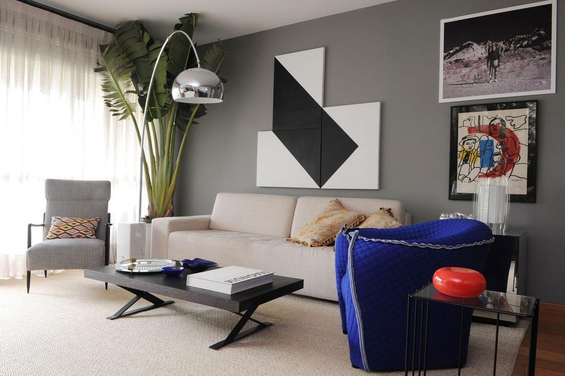 Самым простым способом сделать декор является размещение картин на стенах