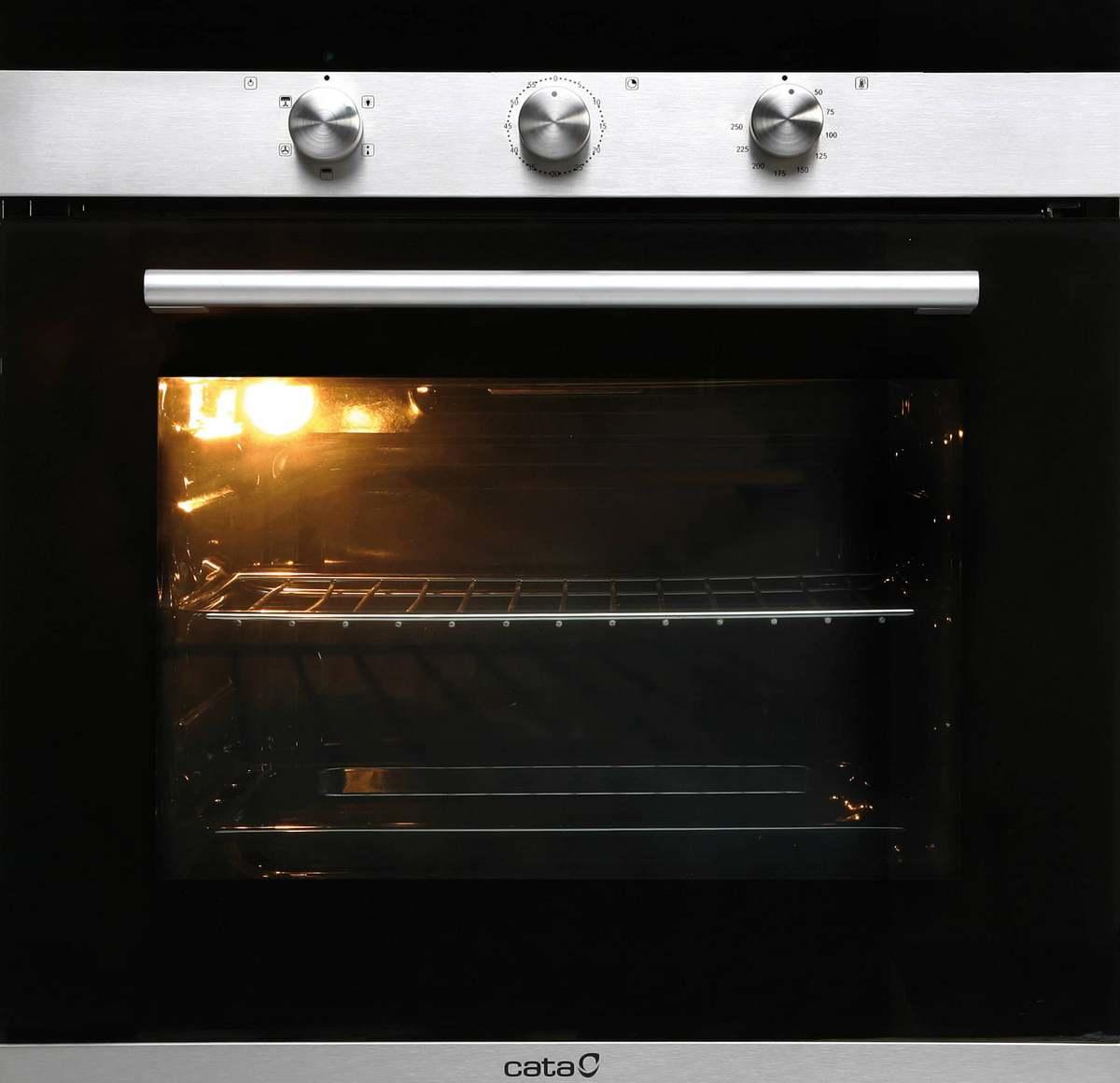 Разогреваем духовой шкаф до 180 градусов, застилаем противень пергаментной бумагой, смазанной сливочным маслом, выкладываем заготовки булочек и отправляем в духовку