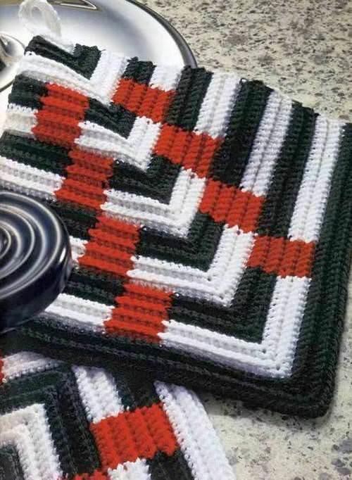 Наиболее простым способом вязания изготавливаются прихватки с цветными полосами