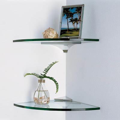 Используя угловые стеклянные полки, вы займете ту часть кухни, которая зачастую просто пустует