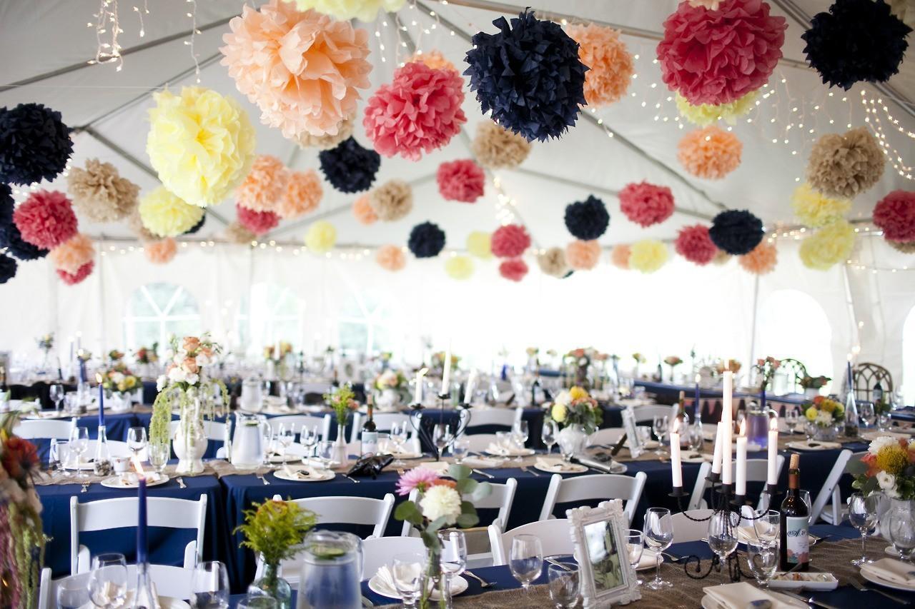 Существует множество вариантов оформления торжественного зала. Профессиональные флористы и декораторы с удовольствием поделятся с вами своими идеями