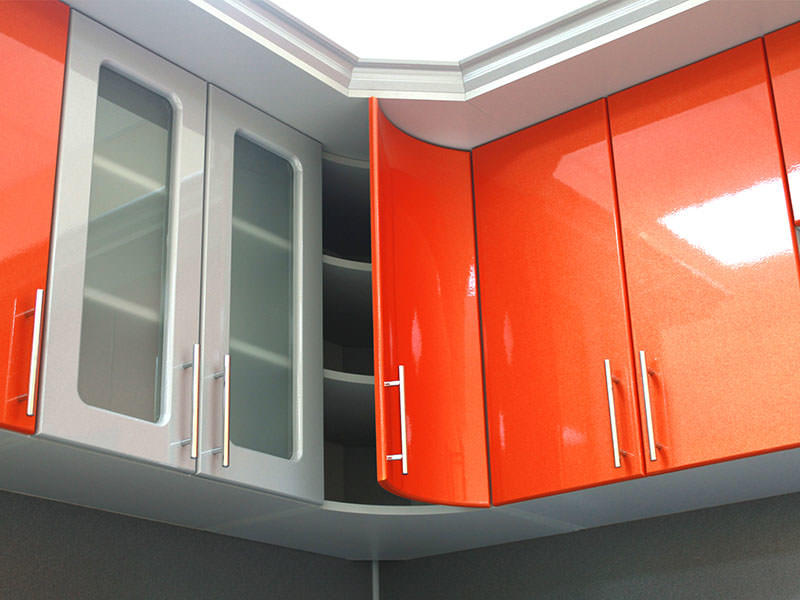 Не бойтесь отходить от привычных форм, закругленные дверцы шкафчиков не только выглядят оригинально, но и не уступают в удобстве обычным