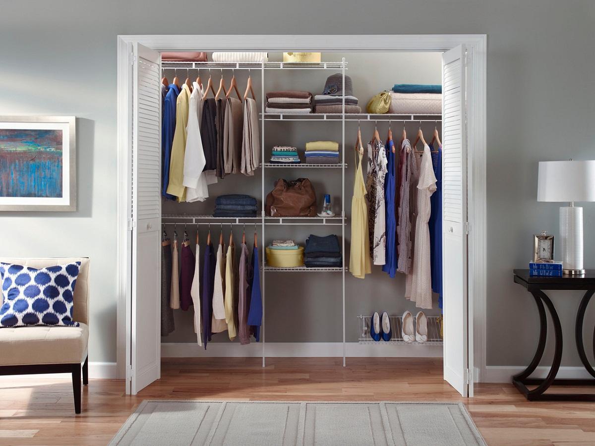 В качестве перегородки между гардеробной и комнатой может выступать занавеска или раздвижная дверь