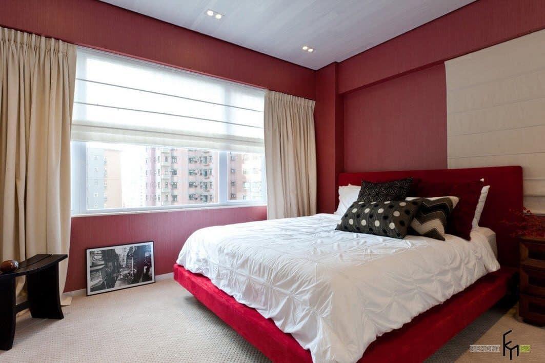 С красными обоями лучше всего сочетаются светлые шторы