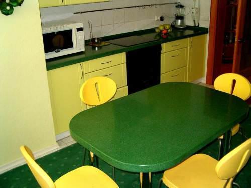 Довольно неплохо будет смотреться столешница и обеденный стол из камня в одном цветовом ключе