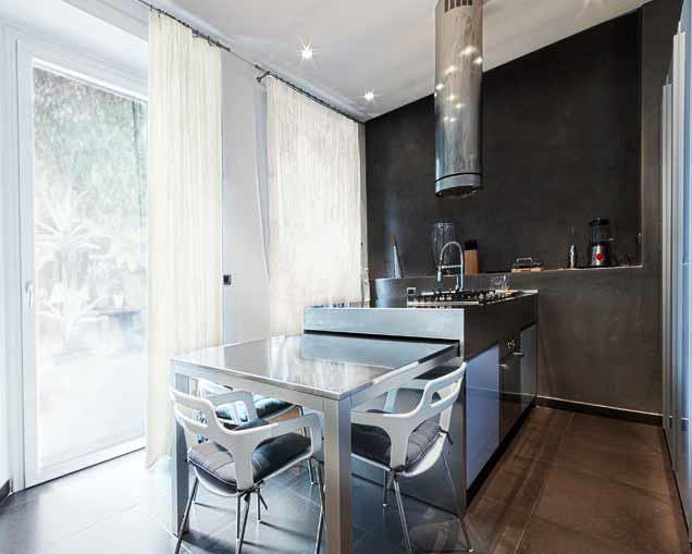 Такая расстановка мебели делает делит кухню на зоны, увеличивая полезное пространство