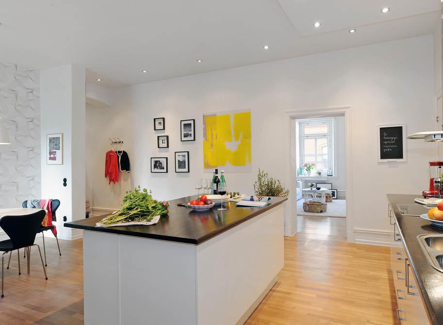 Большое пространства кухни требует хорошего освещения, как естественного, так и искусственного (используйте локальное и общее освещение)