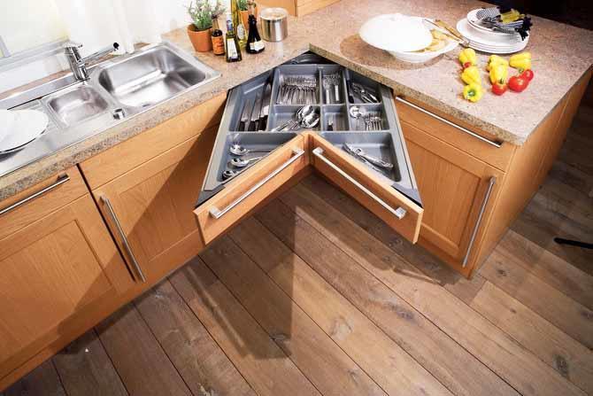Фасады без рельефа - непременный атрибут маленькой кухни, стремящейся стать большой