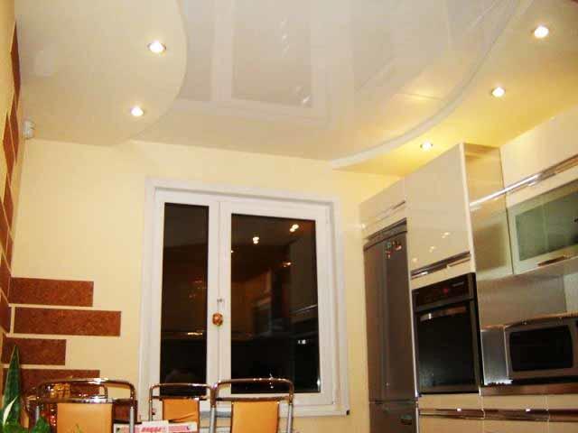 Отражение на потолке визуально приподнимает его